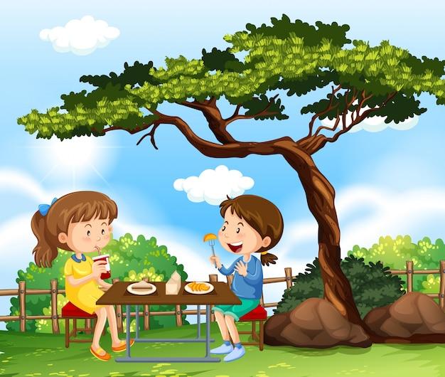 公園にピクニックをしている2人の女の子