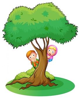 木に隠れている2人の女の子