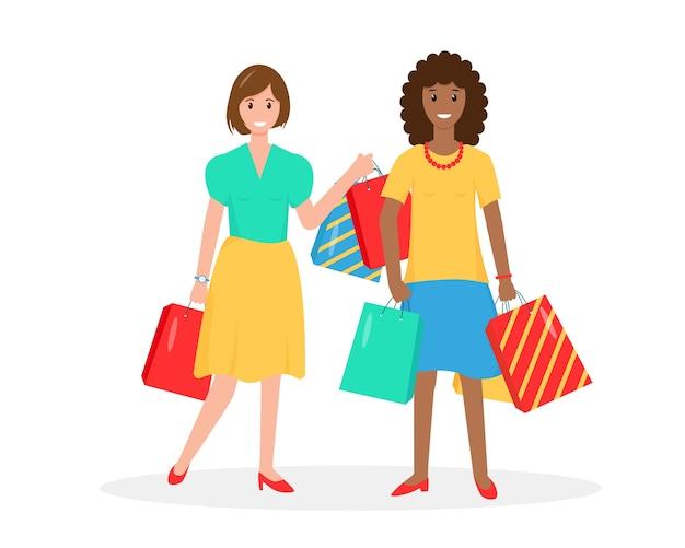 Две счастливые женщины с хозяйственными сумками. шоппинг или концепция летних продаж.