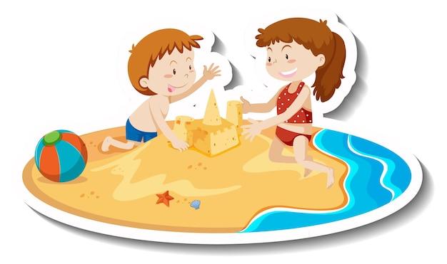 Due bambini costruiscono un castello di sabbia in spiaggia