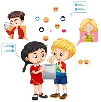 Двое детей учатся на планшете с мультяшном стиле значка эмодзи в социальных сетях, изолированном на белом фоне