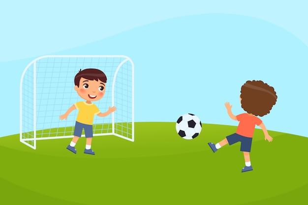 두 명의 작은 소년이 축구를합니다. 아이들은 야외에서 놀아요. 여름 휴가, 스포츠 활동의 개념입니다.