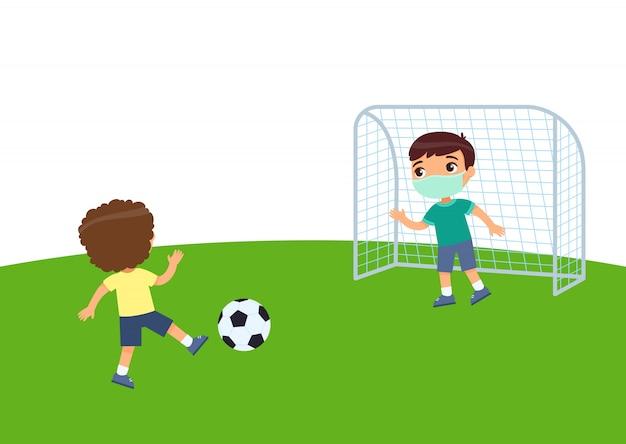 의료 마스크 축구와 두 명의 작은 소년. 바이러스 보호, 알레르기 개념. 축구장에 아이들. 평면 그림, 만화 캐릭터 스포츠와 레크리에이션