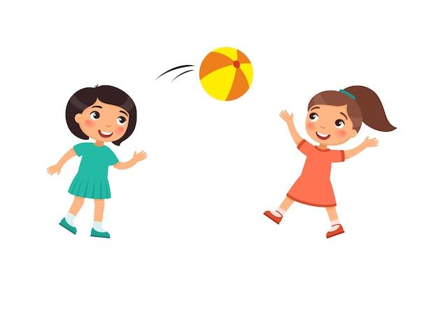 2人の小さなかわいい女の子がボールで遊ぶ。屋外の漫画のキャラクターを遊んでいる子供たち。子供たちは楽しんでいます。夏のレクリエーション活動。