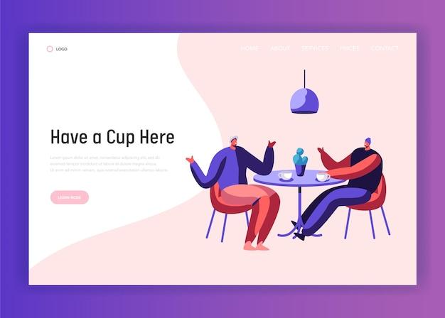 カフェテーブルのランディングページでコーヒーやお茶の休憩中にチャットしている2人の男性ビジネスマンの同僚。マンフレンドダイアログガイミーティングウェブサイトテンプレート。フラット漫画ベクトルイラスト