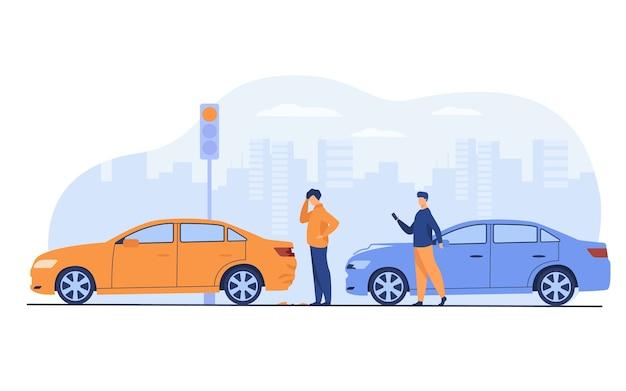 Двое мужчин, попавших в автомобильную аварию, изолировали плоскую векторную иллюстрацию. мультяшные люди смотрят на автомобильные повреждения.