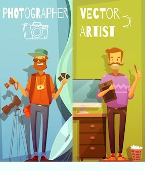 재미있는 사진 작가와 장비 근처에 서있는 두 개의 수직 만화 배너