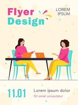 ノートパソコンのチラシテンプレートとカフェに座っている2人の女性