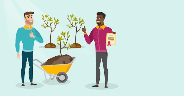 2人の若い多文化男性が木を植えます。