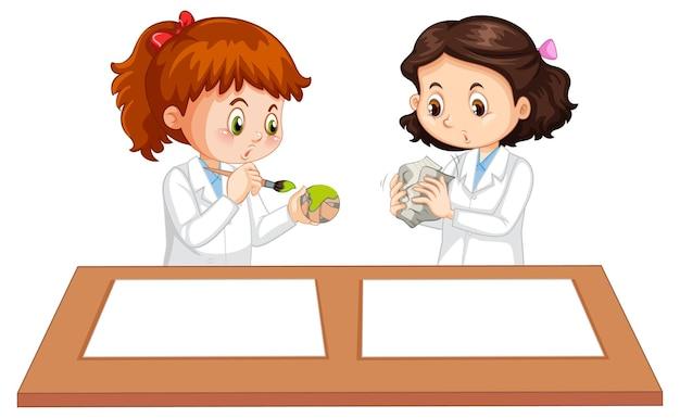 テーブルの上に白紙の2人の若い科学者の制服