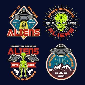 Нло и инопланетяне набор из четырех цветных векторных эмблем, этикеток, значков, наклеек или принтов футболок в винтажном стиле на темном фоне