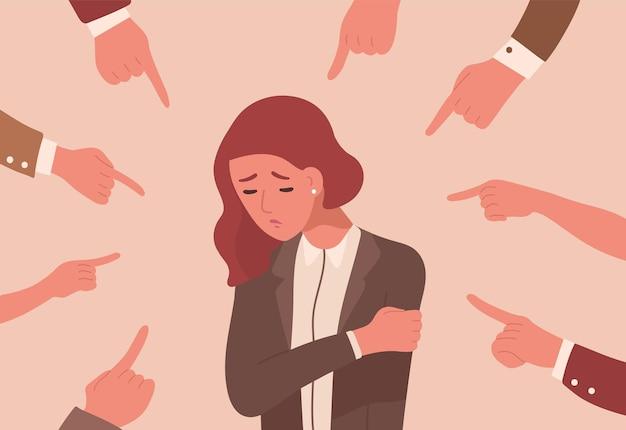 Несчастная молодая женщина, окруженная руками с указательными пальцами, указывающими на нее.