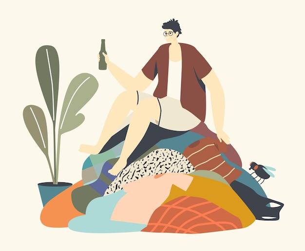 어수선함, 비위생적 또는 비위생적 조건 개념. 더러운 옷의 거대한 더미에 앉아 조잡한 남성 캐릭터 음주 알코올