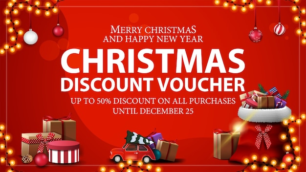 Скидка до 50 на все покупки, красный рождественский купон на скидку, сумку санта-клауса с подарками и красный винтажный автомобиль с елкой.