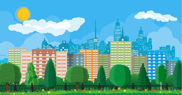 柵のある都市の森のパノラマ