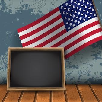 壁の背景にテキスト用のスペースと黒い木製の黒板と米国の現実主義の旗