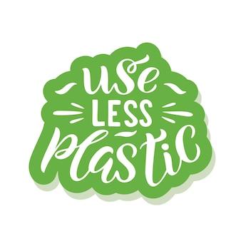 플라스틱을 덜 사용하십시오 - 슬로건이 있는 생태 스티커. 벡터 일러스트 레이 션 흰색 배경에 고립입니다. 포스터, 티셔츠 디자인, 스티커 엠블럼, 토트백 인쇄에 적합한 동기 부여 생태 견적