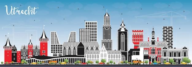색상 건물과 푸른 하늘 위트레흐트 네덜란드 도시의 스카이 라인. 역사적인 건축과 비즈니스 여행 및 관광 개념. 랜드마크가 있는 위트레흐트 도시 풍경.