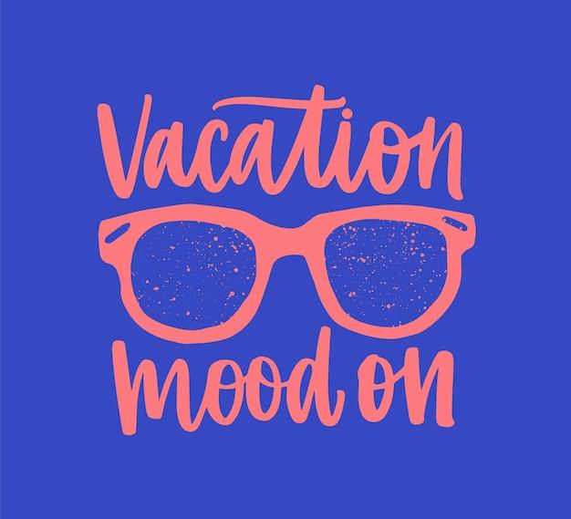 Отпускное настроение. мотивационная фраза или сообщение, написанное от руки элегантным каллиграфическим шрифтом и картой мира.
