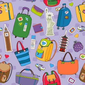 休暇や旅行のシームレスなパターンベクトル。さまざまなスーツケースのバックパックや、自由の女神や日本の財布や財布など、観光のランドマークが紫色になっています。