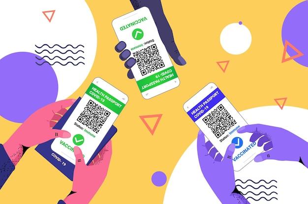 스마트폰 화면에서 디지털 면역 여권을 사용하여 예방 접종을 받은 사람은 코로나19 대유행 위험이 없습니다