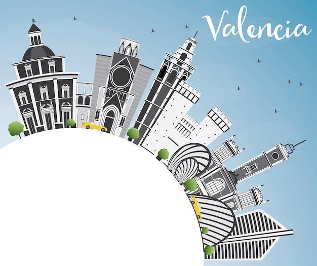 회색 건물, 푸른 하늘 및 복사 공간이 있는 발렌시아 스카이라인. 벡터 일러스트 레이 션. 역사적인 건축과 비즈니스 여행 및 관광 개념. 프레젠테이션 배너 현수막 및 웹사이트용 이미지.