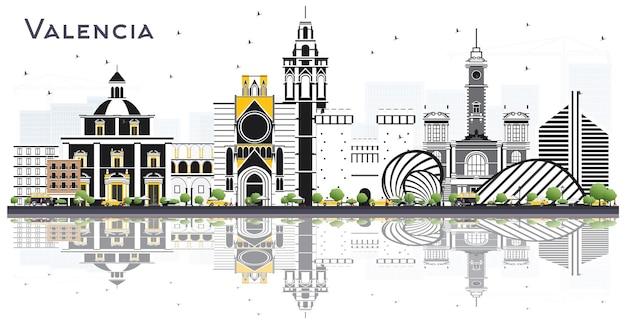 흰색으로 격리된 색상 건물과 반사가 있는 발렌시아 스페인 도시의 스카이라인
