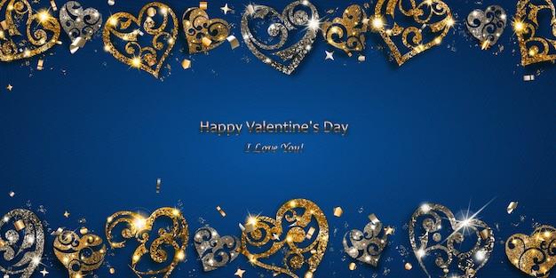 銀と金の光沢のあるハートのバレンタインデーカードは、青い背景にまぶしさと影で輝きます