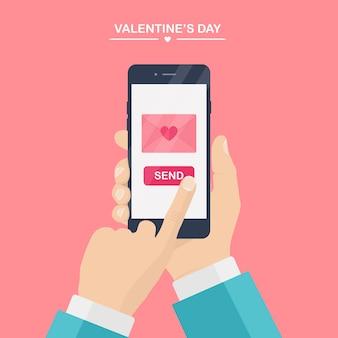 バレンタインデーのイラスト。携帯電話で愛のsms、手紙、メールを送受信します。人間の手はピンクの背景に携帯電話を保持します。赤いハートの封筒。 、アイコン。