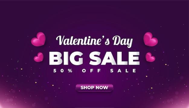 상점 광고 또는 판촉을위한 어두운 배경에 자주색 마음으로 발렌타인 데이 판매 배너