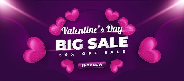 흩어져있는 보라색 하트와 판촉 또는 광고를위한 빛나는 불빛이있는 발렌타인 데이 판매 배너