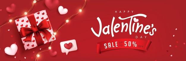 バレンタインデーのセールのポスターまたはバナーの赤い背景にギフトボックスとハートが付いています。
