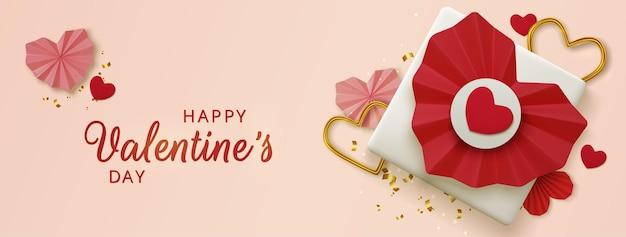 Приветствие дня святого валентина, реалистичные красные бумажные сердца и подарок на розовом фоне