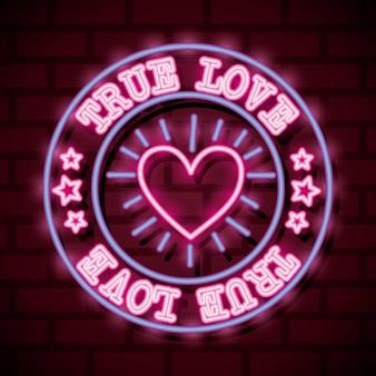 真の愛のテキストと壁の上の心とバレンタインデーのネオンサイン。