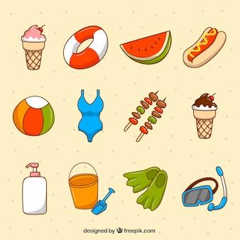 Varietà di oggetti estivi disegnati a mano