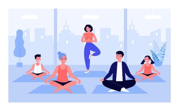 Разные люди вместе практикуют йогу в тренажерном зале