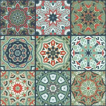 벡터 추상 화려한 패치워크 원활한 패턴, 민족 장식., 아랍어, 인도 모티브, 손으로 그린 요소. 직물 인쇄 디자인, 포장지를 위한 사각형의 만다라 원형 페이즐리 장식.