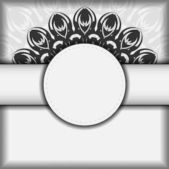 벡터 디자인 엽서 만다라와 흰색 색상입니다. 텍스트와 검은색 장식품을 위한 공간이 있는 초대 카드 디자인.