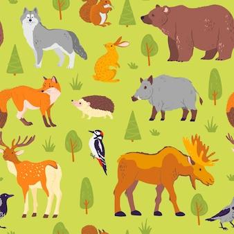 緑の背景に分離された野生の森の動物、鳥、木とベクトルフラットシームレスパターン。クマ、オオカミ、ヘッジホッグ、キツネ。紙、カード、壁紙、ギフトタグ、保育園の装飾などの包装に適しています