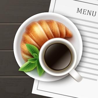 木製のテーブルの背景にコーヒー、プレート、メニューカードの上面図と新鮮なクリスピーフレンチクロワッサンをベクトルします。