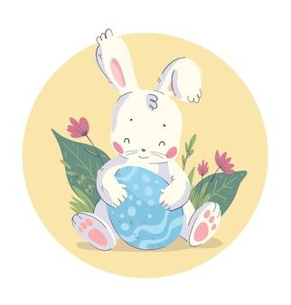 分離された大きなイースターエッグと草の中に座っているかわいい小さな赤ちゃんウサギとベクトル手描きイラスト。ハッピーイースターおめでとう、素敵なカード、保育園のプリント、ポスター、タグなどに最適です。