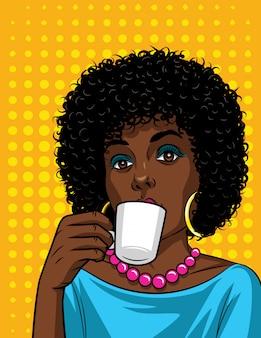 一杯のコーヒーと美しいアフリカ系アメリカ人女性のコミックアートスタイルのベクトル図。コーヒーを飲みながらファッショナブルな女性