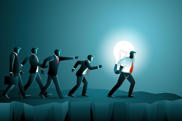 Векторная иллюстрация человека, идущего на скале с большой лампочкой, в то время как многие бизнесмены следуют за ним