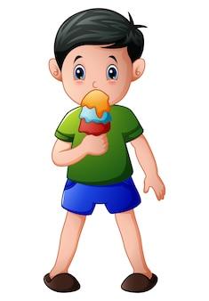 Векторная иллюстрация мультфильм мальчик есть мороженое