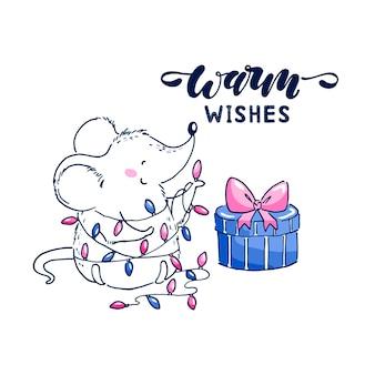 새해 선물이 있는 귀여운 작은 쥐의 벡터 삽화. 따뜻한 소원 글자. 엽서.