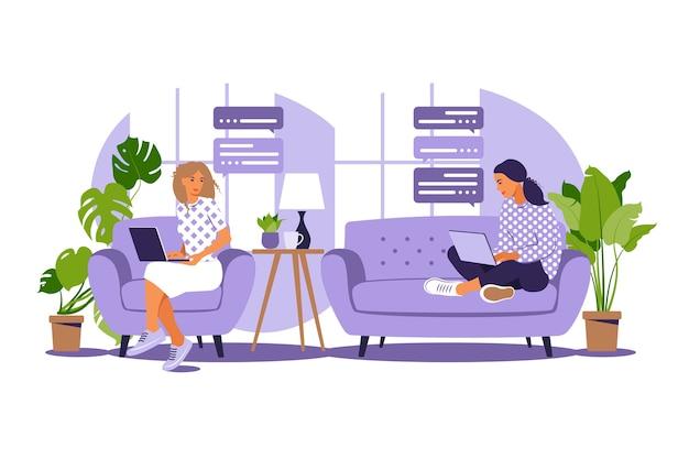 フリーランスの仕事のベクトルイラスト。女の子は自宅のコンピューターのソファで働いています。フリーランスまたは勉強の概念