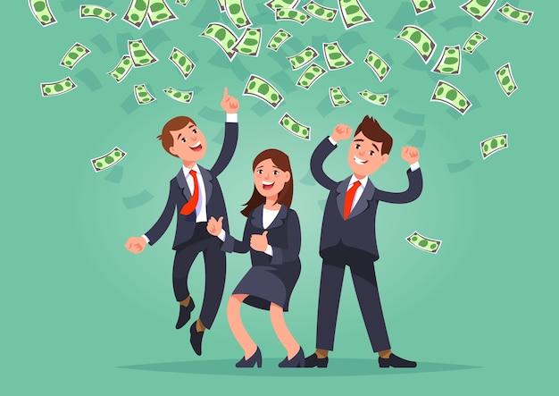 Векторная иллюстрация счастливой бизнес-команды празднует успех, стоя под денежным дождем банкноты наличными, падающими на синем фоне