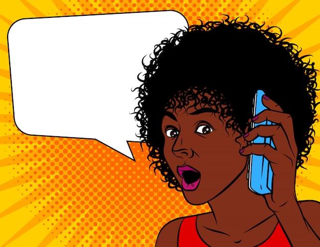 ポップなアートコミックスタイルのベクトルイラスト。アフリカ系アメリカ人の女性はショックを受けた。女性は驚いて口を開いた。