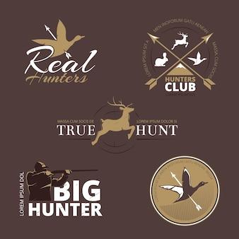 Contrassegni di vettore con anatra, cervo, lepre, pistola e cacciatore. caccia con la pistola, caccia all'anatra, caccia all'emblema, cacciatore di logo, etichetta distintivo di caccia, club di cacciatori, illustrazione di animali da caccia