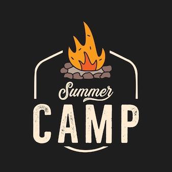 オレンジ色の炎とキャンプファイヤーのベクトルのロゴ